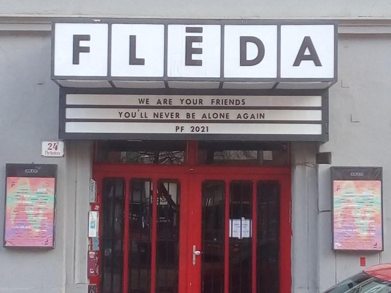 Insegne del locale Fléda con il messaggio «We are your friends / You'll never be alone again / PF 2021».