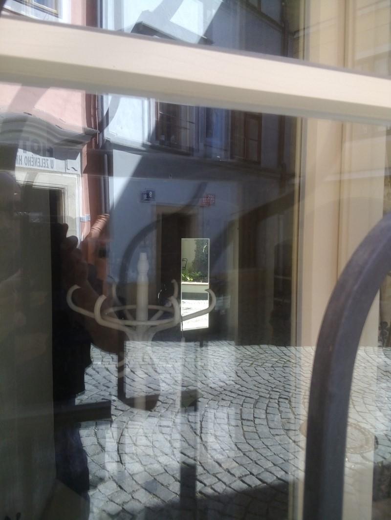 Scorcio della porta sul retro da cui s'intravede il cortile interno.